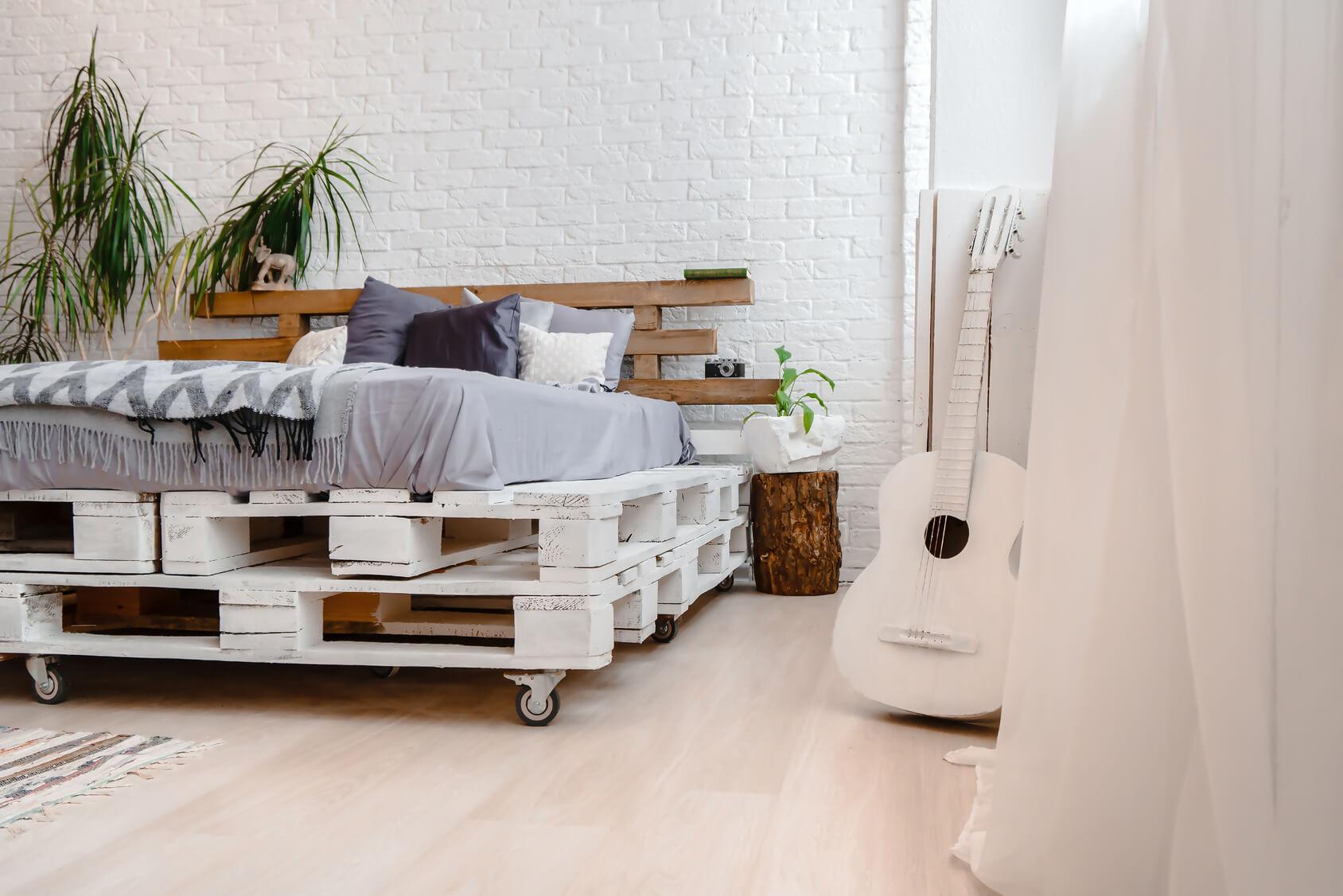 Jak zrobić łóżko z palet? Sprawdź naszą instrukcję krok po kroku - PLANTPUR  - SLEEP RELIEF